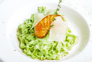 green pasta with grilled fishの写真素材 [FYI00648692]