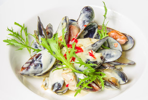 Plate of mussels in sauce with fresh herbs. Restaurant shot.の写真素材 [FYI00648705]