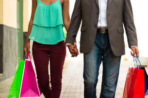 African American Couple Shopping With Bags In Panama Cityの写真素材 [FYI00648729]