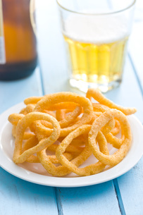 snack flavored with onion ringsの写真素材 [FYI00648771]