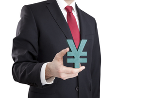 Businessman holding yen sign with clipping pathの写真素材 [FYI00648891]