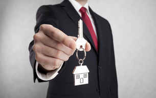 House key in businessman hand with clipping pathの写真素材 [FYI00648893]