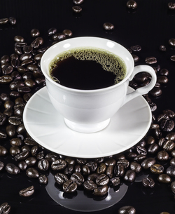 Coffee cup with roasted beans on blackの写真素材 [FYI00648895]