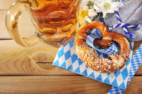 bayerische oktoberfestbreze with beerの写真素材 [FYI00648900]