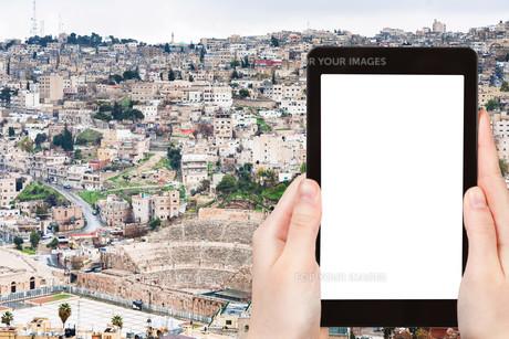 tourist photographs skyline of Amman city, Jordanの素材 [FYI00648983]
