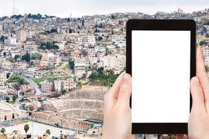 tourist photographs skyline of Amman city, Jordanの写真素材 [FYI00648983]