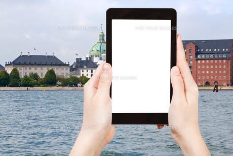 tourist photographs waterfront in Copenhagenの素材 [FYI00648995]
