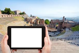 tourist photographs of Teatro Greco, Taorminaの写真素材 [FYI00649018]
