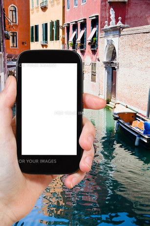 tourist photographs of canal, boats in Veniceの素材 [FYI00649035]