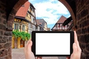 tourist photographs Riquewihr town, Franceの素材 [FYI00649063]