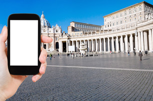 tourist photographs St Peter Basilica in Vaticanの素材 [FYI00649068]