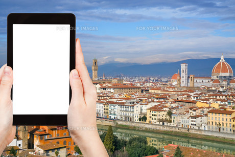 tourist photographs skyline of Florence cityの素材 [FYI00649099]