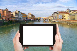 tourist photographs Ponte Vecchio in Florenceの素材 [FYI00649101]