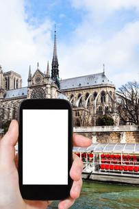 tourist photographs cathedral Notre Dame de Parisの素材 [FYI00649143]