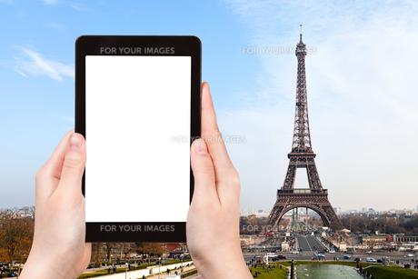 tourist photographs of eiffel tower in Parisの素材 [FYI00649145]