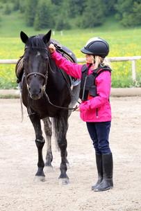 girl with black horseの写真素材 [FYI00649232]