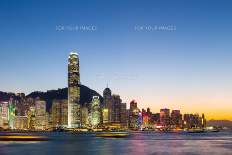 Hong Kong skyline at nightの写真素材 [FYI00649283]