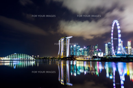 Singapore city skyline at nightの写真素材 [FYI00649287]