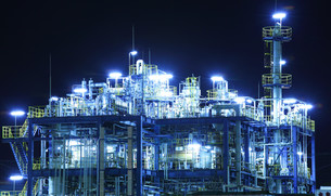 Oil and gas refinery at nightの写真素材 [FYI00649405]