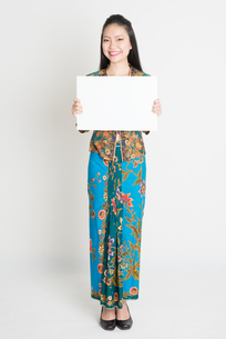 Asian girl holding a posterの写真素材 [FYI00649552]