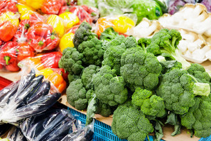 Vegetable and fruit at food marketの写真素材 [FYI00649569]