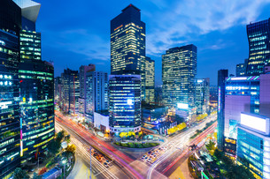 Seoul skyline at the gangnam districtの写真素材 [FYI00649573]