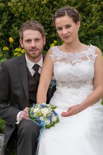 newlyweds romantic in the gardenの写真素材 [FYI00649613]