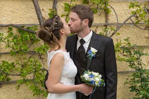 newlyweds kissingの写真素材 [FYI00649619]