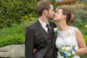 romantic newlyweds kissingの写真素材 [FYI00649624]