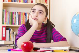 Schoolgirl overwhelmedの写真素材 [FYI00649637]