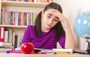 Schoolgirl doing her homeworkの写真素材 [FYI00649638]
