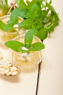 Arab traditional mint and pine nuts teaの写真素材 [FYI00649679]