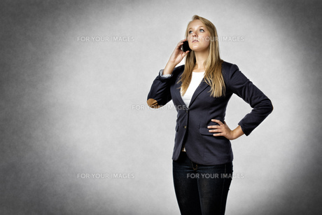Businesswoman phoned mobileの写真素材 [FYI00649993]