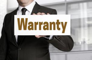 warranty shield is held by businessmanの写真素材 [FYI00650057]