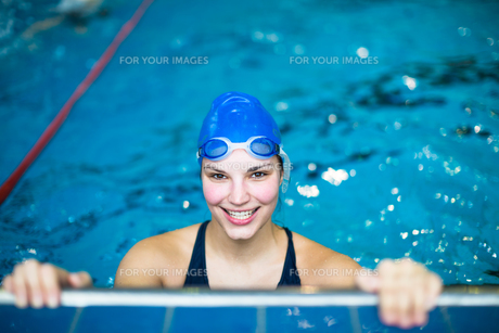 Female swimmer in an indoor swimming pool - doing crawl (shallow DOF)の写真素材 [FYI00650203]