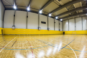 Interior of a modern multifunctional gymnasium with young peopleの写真素材 [FYI00650229]