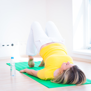 Pretty young woman doing YOGA exercise at homeの写真素材 [FYI00650232]