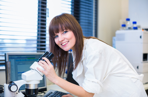 Portrait of a female researcher doing research in a lab (shallow DOF  color toned image)..の写真素材 [FYI00650241]