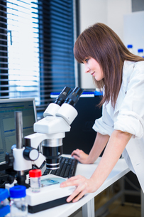 Portrait of a female researcher doing research in a lab (shallow DOF  color toned image)..の写真素材 [FYI00650245]