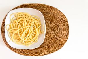 Italian spaghetti dish with tomatoes and basilの写真素材 [FYI00650316]
