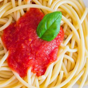 Italian spaghetti dish with tomatoes and basilの写真素材 [FYI00650320]