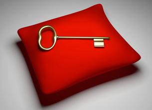 Goldener Schl?ssel liegt auf einem roten Kissen im Lichtの写真素材 [FYI00650353]