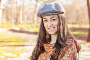 Happy Young Caucasian Woman Portrait Outdoorの写真素材 [FYI00650384]