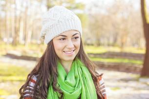 Happy Young Caucasian Woman Portrait Outdoorの写真素材 [FYI00650388]