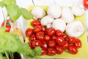 tomatoes and mushroomsの写真素材 [FYI00650485]