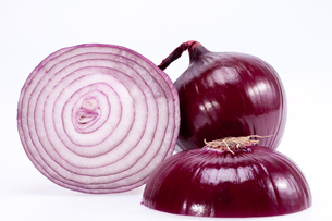 the cut red onion isolated on white backgroundの写真素材 [FYI00650494]