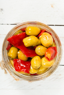 glass jar with olives and peppers on white tableの写真素材 [FYI00650548]