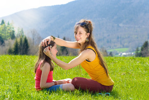 a mother and her daughter in a meadowの写真素材 [FYI00650555]