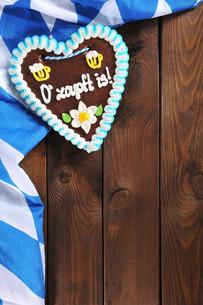 bavarian gingerbread heart with bavarian flagの写真素材 [FYI00650583]