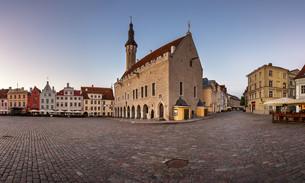Tallinn Town Hall and Raekoja Square in the Morning, Tallinn, Estoniaの写真素材 [FYI00650608]